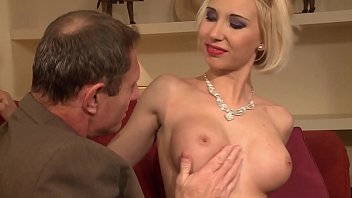 Streaming Video An old pervert receives a superb whore and expands her pussy and asshole. - XLXX.video