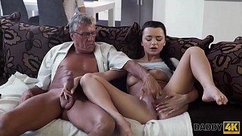 daddy4k. angelface de pelo negro esta listo para la experiencia de viejos y jovenes