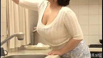 XVIDEO 息子が巨乳人妻のオッパイを揉む