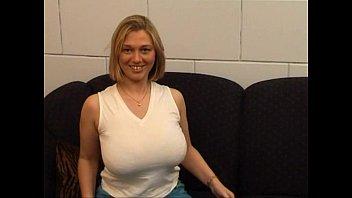 امرأة تبلغ من العمر 30 عامًا مع كبير الثدي تحب الديك وتحب أن تمارس الجنس بين الساقين