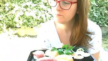 In giardino una ragazza in pausa dal lavoro si abbuffa di cibo giapponese mukbang italiano in versione voyeur