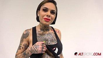 Tatuata Buna Rau Se Fute Adanc Pana O Simte Toata