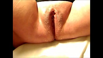 Mature Babe Making her Juicy Cunt Squirt