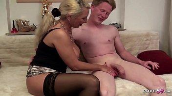 Milf-Mama Unterrichtet Sohn