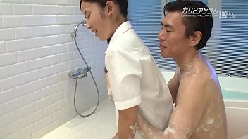 ロリ娘が肉棒をしゃぶりまくり、浴室でソープサービス