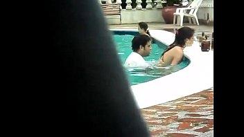 Pillados en la piscina