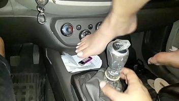 Caiu na net  novinha foi convencida pelo namorado a enfiar o cambio do carro na vagina !!! celular foi para o con&ccedil_erto e vazou o video