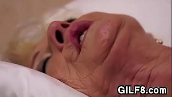 Bunica Excitata La Maxim Cand O Linge In Gaura Ei Larga