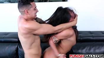 Sex Extrem De Brutal Cu O Bruneta Fututa Pe Canapea Pe La Spate