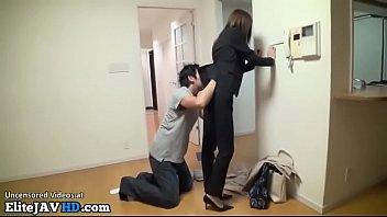 不動産の物件を見に行き担当の女の子に迫り触りまくっています