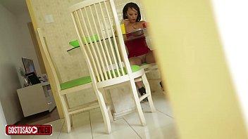 Padrasto filma enteada almoçando sem calcinha