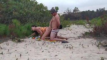 Flagrei casal transando na beira da praia pernocas...