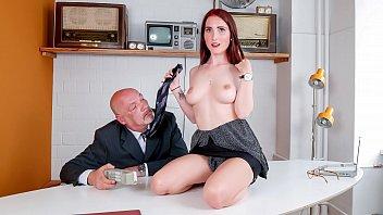 رجل عجوز بقضيب منتصب في المكتب يمارس الجنس مع عشيقته الطالبة المثيرة