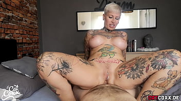 Milfa full of tattoos fucks her ass and stays free