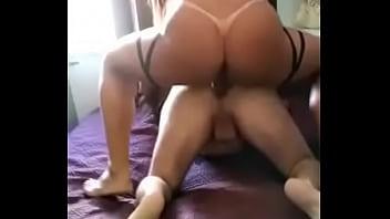 Priscila Araujo cavalgando no cu do putinho.
