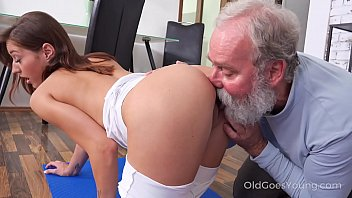 Streaming Video Juicy brunette works out in front of a curious old man - XLXX.video