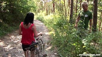 Pizda Doamnei Vecine Se Plimba Cu Bicicleta Si E Fututa In Padure