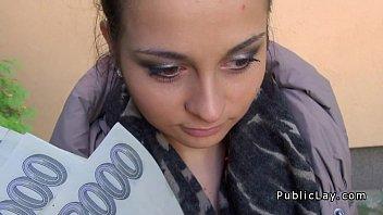xxarxx التشيكية الشرموطة بوف ينيك في الأماكن العامة للحصول على النقد