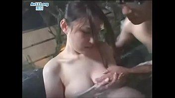 混浴露天風呂で男性に触られ、感じまくる人妻