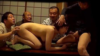 隣人の宴会の騒音に文句を言いに行き、参加者の男性たちに身体を奪われる人妻