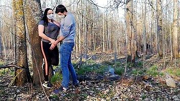 विकृत जोड़े नकाब पहने और जंगल में सेक्स करते हुए