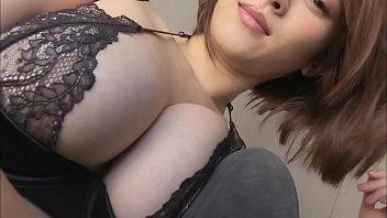 着エロ グラマー美女が下着姿で様々なポーズで誘惑