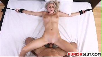 Blonda Legata De Pat Ca Face Urat In Pula