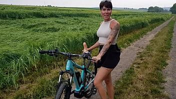 Milfa Tarfa De La Tara Se Fute Cu Dildo Atasat De Bicicleta
