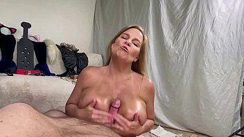 Streaming Video MILF Gives Baby Oil Boob Job - XLXX.video