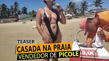 Loira Casada de fio dental na praia, pagando peitinho para vendedor de Picolé em RN