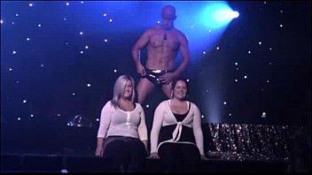 2人の素人女性が男性ストリッパーとステージ上でエロティックマッサージショー
