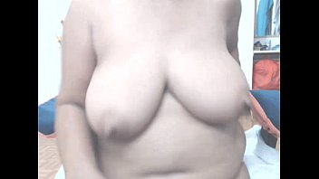 還暦超えのデブの六十路熟女の段腹垂れ乳巨乳が無修正剛毛おまんこをM字開脚でクパァの自撮り!
