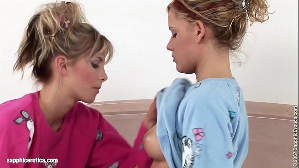 Két szexi szőke lány testvér szexelnek a hálószobában az ágyon