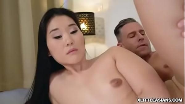 Szexi fekete hajú ázsiai csaj nagy farkú pasival szexel