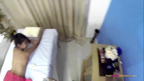 Download video bokep Skinny Oriental allows masseur to roam her naked body terbaru