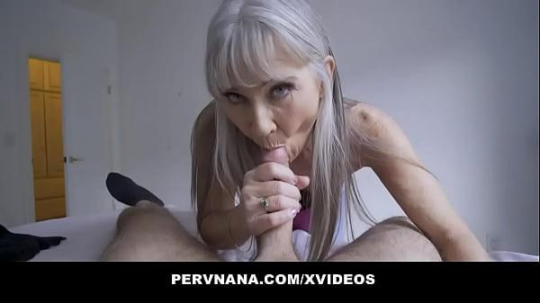 Szexi kis cicis tetovált nagyi nagy farkú pasival szexel