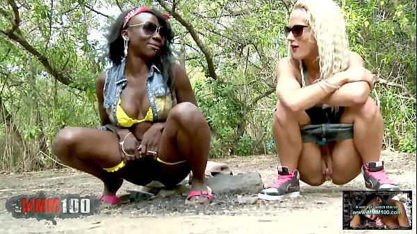 Dos amigas mean juntas en un bosque