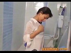 xxxmaal.com -Hot girl Seductive Looks bathing s...