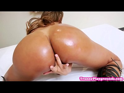 Solo tranny in sexy lingerie fingers her ass