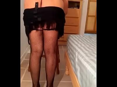 Devora sensual con vestido negro