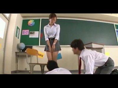Profesora con minifalda es grabada por sus alumnos.