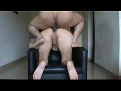 Montando un culito en la silla