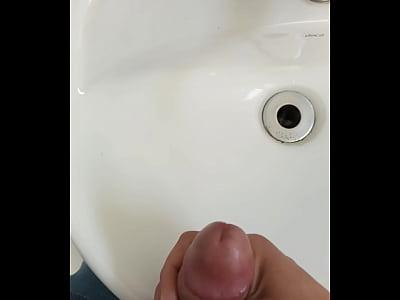 Eu gozando muito no banheiro do trabalho