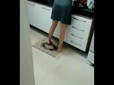 Safada lava louça enquanto da a buceta