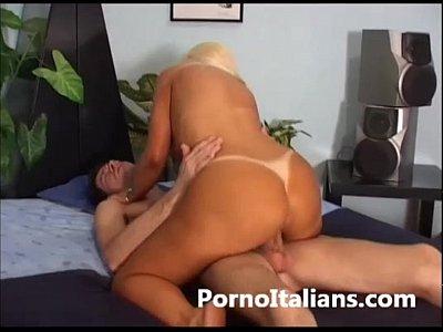 Porno italiano vero ! Una bionda da scopare pompino sborroso