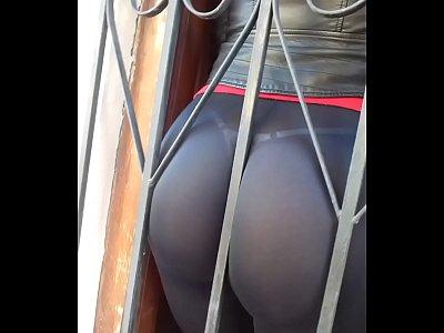 culo en calza sacando x la ventana 5