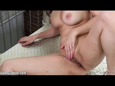SunnyLeone is masturbating on the floor!