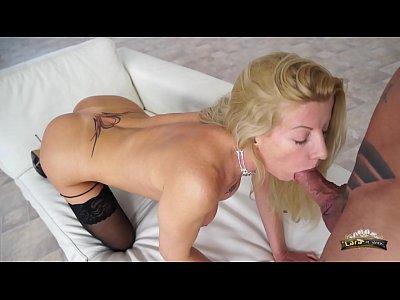 Lara De Santis - bellisima milf mentre si rilassa prima del lavoro si fa trombare e spompina un bel cazzo e poi si fa schizzare in bocca tutta contenta come una troiona