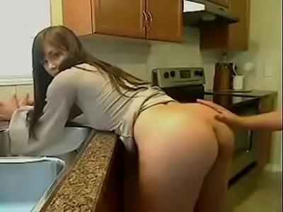 Tremenda hembra cogiendo en la cocina