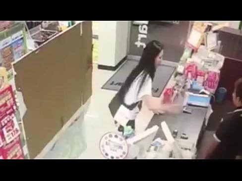 Family Mart 瘋婆子在櫃台灑尿再喝下去
